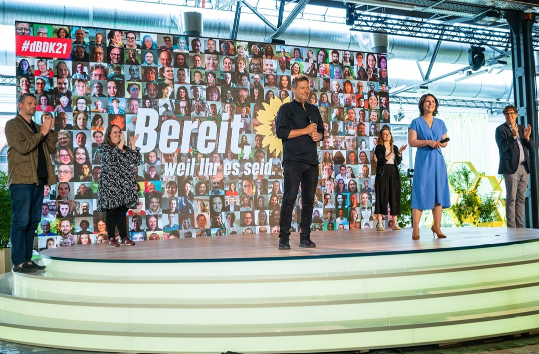 Robert Habeck und Annalena Baerbock auf der Bühne des Parteitags von Bündnis 90/Die Grünen