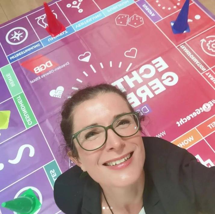 Karin Beese rollt die Würfel beim DGB-Forum in Riesa